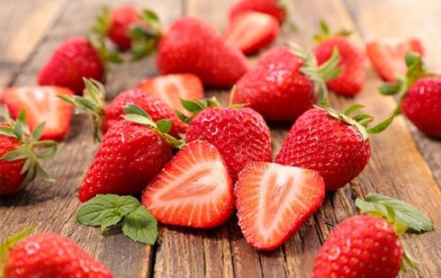 """Illustration : """"Peut-on donner des fraises à manger à son chat ?"""""""