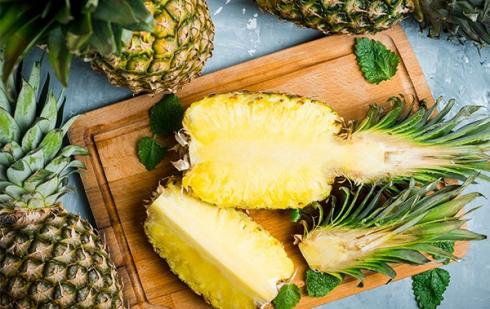 """Illustration : """"Peut-on donner de l'ananas à manger à son chat ?"""""""