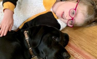 """Illustration : """"Le lien unique entre un chien d'assistance et une petite fille atteinte d'autisme"""""""