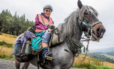 """Illustration : """"Chaque année, une femme de 80 ans et son chien handicapé entreprennent un voyage d'environ 1 000 kilomètres à cheval"""""""