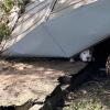 Illustration : Une équipe de secours déploie tous ses efforts pour libérer un chien coincé sous un hangar effondré à la suite d'un ouragan