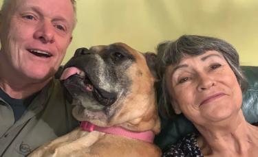"""Illustration : """"Atteint d'une maladie en phase terminale, un chien est adopté par un couple qui décide de le combler d'amour jusqu'à son dernier souffle"""""""